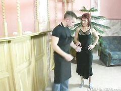 Одинокая зрелая женщина трахается в попу с молодчиком