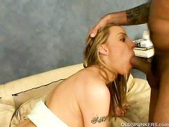 Сексуальная милфа трахается на кастинге с небритым мужиком