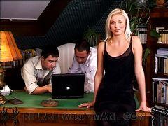 Групповой секс на работе с двойным проникновением для секретарши в чулках