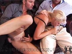 Девушка позволяет двоим парням одновременно трахать ее дырки
