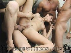 Групповой секс на кухне с участницей приватного кастинга Вудмана