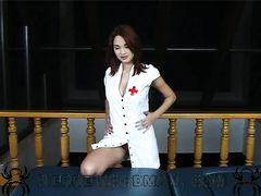 Парень на кастинге сделал девке в образе медсестры анальный массаж членом