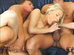 Блонда с красивой грудью кайфует от двойного проникновения на кастинге