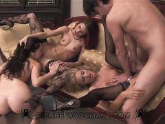 Три сексуальные девушки участвуют в групповом анальном кастинге
