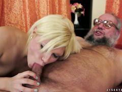 Очкастый старый дед нассал себе в рот пока блонда делала ему минет