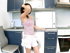 Брюнеточка на кухне решила раздеться и поласкать клитор