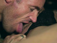 Татуированный брутальный парень трахает блондинку в спальне