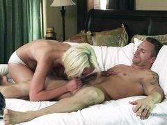 Красивый классический секс с молоденькой сексуальной блондинкой