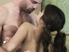 Сексуальный любвеобильный муж трахается с подругой жены