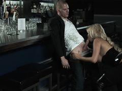 Роскошная девушка трахается с бруталом в баре