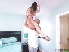 Миниатюрная красавица трахается со своим крепким мужиком