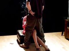 Сексуальная курящая девушка сосет член парня не выпуская сигарету