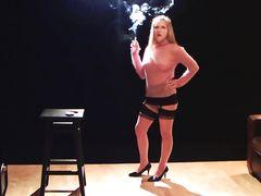 Горячая курящая девушка в чулках трахается в позе наездницы