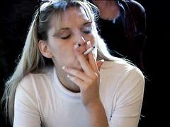 Парень наказывает сексом блондинку за курение