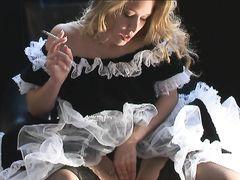 Девушка в чулках и пышном платье курит сигарету