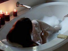 Курящая девушка в очках нежно мастурбирует в ванной