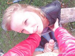 Симпатичная русская девушка трахается на природе с пикапером