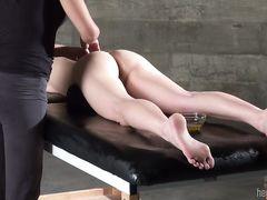 Массажистка лесби дрочит пальцами пизду клиентки после йони массажа