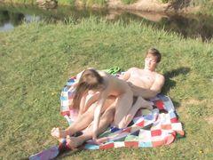 Беспечные русские подростки по-быстрому занялись сексом на природе