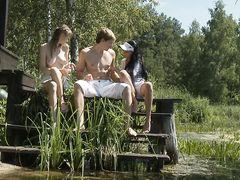 Две русские девушки и парень трахаются на природе у озера