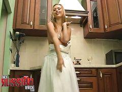 Красивая невеста перед свадьбой занялась мастурбацией на кухне