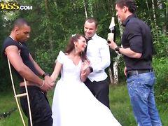Легкомысленную русскую невесту ебут друзья жениха во все дырки сразу