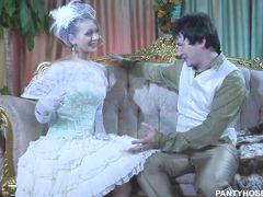 Манящая русская невеста в колготках трахается с женихом до свадьбы