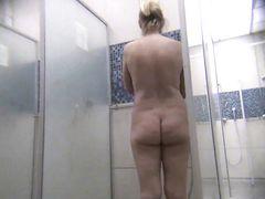 Голые женщины моются перед скрытой камерой в душевой бассейна
