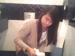 Милые азиатки писают в туалете не замечая скрытой камеры