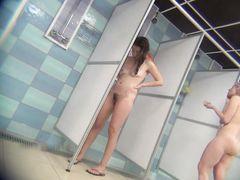 Голые девчонки попались на скрытую камеру в общественной душевой