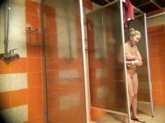 Миниатюрная скрытая камера в общественной душевой снимает голых девок