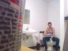 Прикольная ссущая баба не заметила видеонаблюдение в туалете