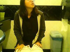 Маленькая скрытая камера в женском туалете снимает писающих японок