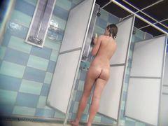 Девки после бассейна принимают душ перед скрытой камерой