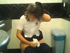 Азиатки писают в туалете кафешки перед скрытой камерой