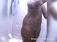 Миниатюрная скрытая камера в душе снимает моющуюся голую девку
