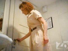 Кудрявая писающая женщина не заметила наблюдения в туалете