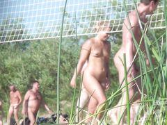 Красивые голые девушки играют в пляжный волейбол