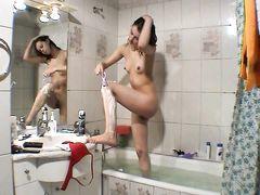 Щуплая русская девушка Маша бреет пизду в ванной комнате