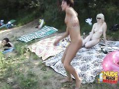 Обнаженная беременная девушка участвует в пикнике нудистов