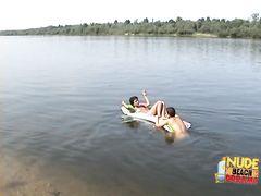 Беременная девушка с большими сосками загорает голой на пляже