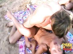 Обычные посидели у озера закончились для ребят групповухой на пляже