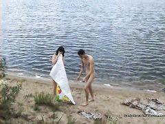 Извращенец подглядывает на пляже за парочкой русских нудистов