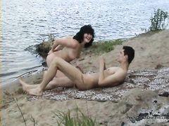 Потрясная русская нудистка делает бойфренду минет на пляже