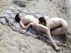 Милый парень делает девушке куннилингус просто на диком пляже