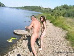 Красивые русские молодые нудисты купаются голышом в озере