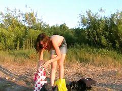 Нудистка разделась догола и показала пизду другим отдыхающим
