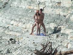 Отчаянные ребята занимаются сексом на нудистском пляже