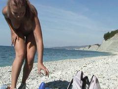 Грациозная русская девка показала сиськи и письки на пляже