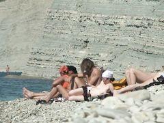 Блестящая загорелая девушка сосет на пляже хуй бойфренда